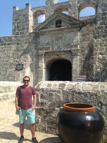 La puerta de fuerte de San Pedro con capa de brazos real de España.